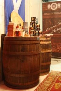 Alte Whiskyfässer empfangen die Kunden vor dem Verkaufs- und Tastingraum der Whisky Lounge.