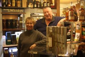 Andrea und Michael Gradl teilen sich die Aufgaben in ihrem Whiskyfässla.