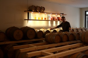 Brennmeister Maximilian Engel im Ayrer`s Whiskylager.