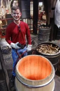 Jonas Eder beim Toasten eines Fasses. Foto: (c) Firma W. Eder