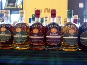 Die bauchigen Flaschen sind ein Markenzeichen von The Whisky Chamber. Foto: (c) T. Ide