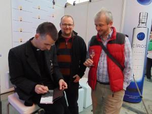 """Der Autor beim Signieren auf der Finest Spirits München mit den beiden Inhabern von """"Whisky Brothers"""" Regensburg. Foto: (c) W.F. Rothe"""