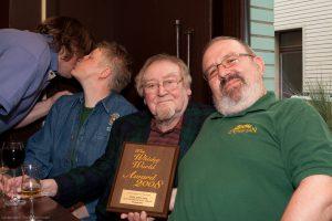 """Bill Miller (Mitte) präsentiert die Auszeichnung """"The World Whisky Award 2008"""", die der SSMC für seinen Tomatin 1976 erhielt. Foto: (c) M. Miller"""