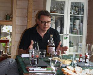 Jürgen Stark (Inhaber der Whisky Lounge Heroldsberg und Mitglied im Highland Circle) zu Gast beim Whisky-Club Fränkische Schweiz.