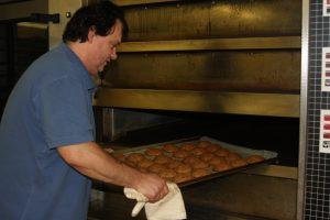 Fünfzehn Minuten werden die Whisky-Lebkuchen gebacken und anschließend mit Single Malt und Eiweiß bestrichen.