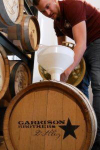 Der Bio-Rotbiermalz New Make reift in ehemaligen Bourbonfässern zum Whisky. Foto: (c) Whiskfreunde Noris