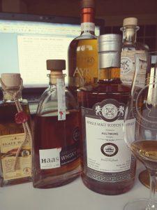 Ein paar der Whiskys, die im Buch vorgestellt werden.